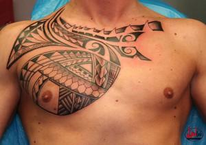 wink-tattoo-blackgrey-brust