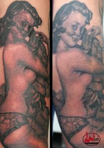 wink-tattoo-blackgrey-frau